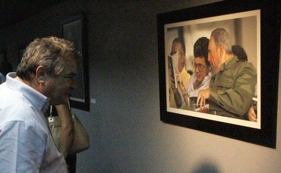 """El ministro de Cultura, Julián González Toledo, observa una foto de Ismael Francisco durante la inauguración de la expo """"Fidel, soldado de las ideas"""". Foto: José Raúl Concepción/ Cubadebate."""