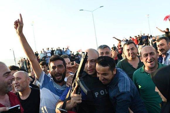 La multitud abraza a un policía en el puente del Bósforo de Estambul después de que el Ejército se rindiera.