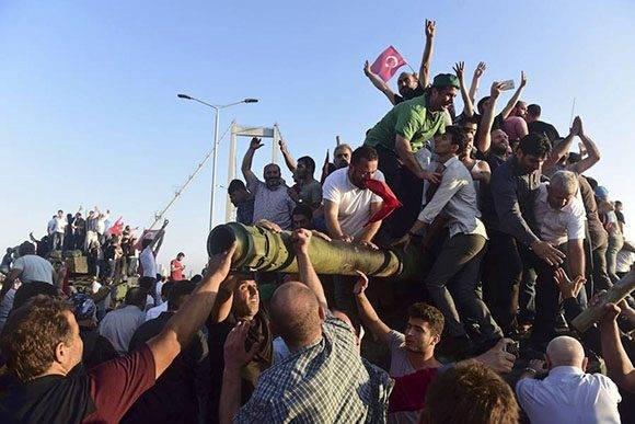 La multitud celebra el fracaso del golpe de estado.