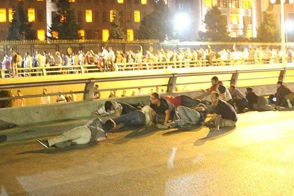 La población se protege de las balas en el puente Bósforo de Estambul.