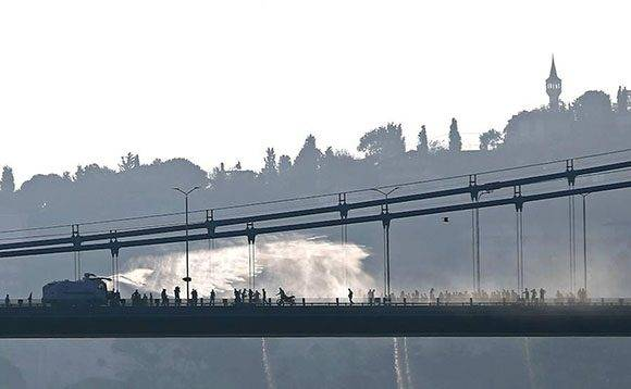 La policía dispersa a un grupo de golpistas con agua.