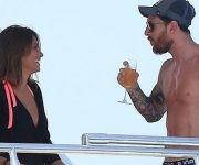 Messi y su esposa Antonella Rocuzzo de vacaciones en un yate en Ibiza.