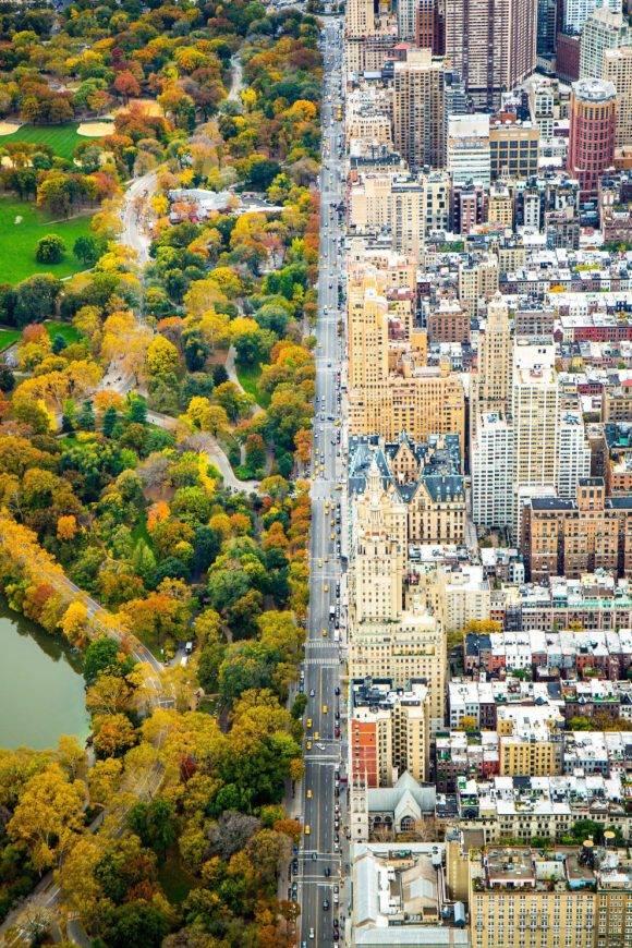 """""""En helicóptero mirando hacia el sur sobre Central Park West, que traza una división entre la arquitectura y el Central Park, el 5 de noviembre de 2014, un día antes de mi cumpleaños número 27. El vuelo fue mi regalo de cumpleaños"""" – Kathleen Dolmatch Kathleen Dolmatch / National Geographic Travel Photographer of the Year Contest"""