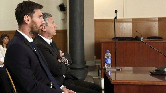 Lionel y su padre durante el juicio. Foto tomada de AS.