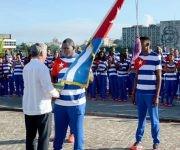 Mijaín recibió de manos de Díaz-Canel la bandera cubana que presidirá la actuación de nuestro país en los Juegos. Foto: Ricardo López Hevia/Granma