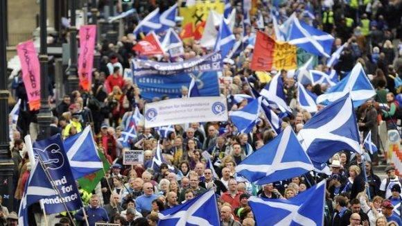 Imagen de hace tres años, cuando miles de personas marcharon en Edimburgo para reclamar la independencia escocesa. Foto tomada de ABC.