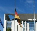 """El ministro del Interior de Alemania, Thomas de Mazière, ordenó izar las banderas a media asta en todo el país debido al ataque perpetrado en Múnich. Un gesto que sirve para expresar las condolencias tras """"el acto de violencia atroz"""" ocurrido en la capital bávara, señaló el Ministerio del Interior. Foto: DPA"""