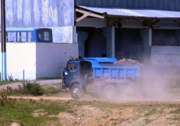 Nuevos camiones reforzaron la transportación de la materia prima del interior del frente de cantera al molino. Foto: Orlando Durán.