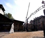 """El papa Francisco llegó al campo de concentración nazi de Auschwitz y atravesó su entrada bajo la inscripción en hierro forjado """"Arbeit macht frei"""" (El   trabajo os hace libres) para comenzar su recorrido silencioso por el lugar donde fueron exterminadas más de un millón de personas. Foto: Reuters."""