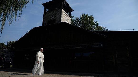 El papa Francisco llegó este viernes a los campos de exterminio nazi de Auschwitz y Birkenau, donde pasó cerca de dos horas. Foto: Reuters.