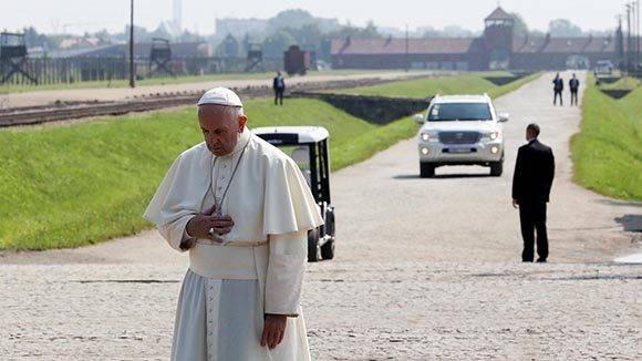 Francisco prefirió que su recorrido sea en silencio y soledad. Foto: Reuters.