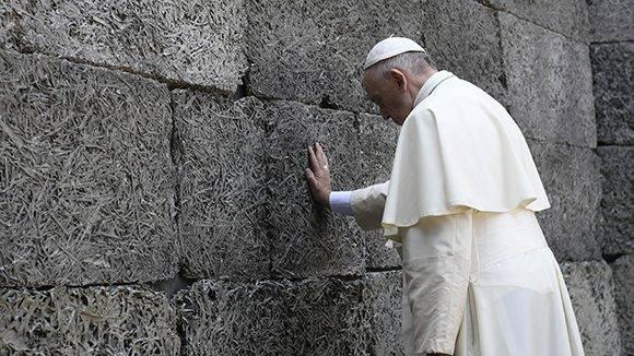 """Francisco reza frente al """"muro de la muerte"""". Foto: AFP."""