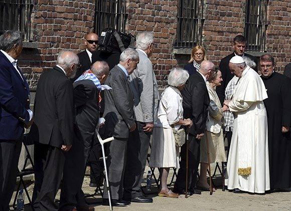 """Francisco rompió el silencio sólo para saludar a las autoridades polacas y judías, a diez sobrevivientes, y a otro grupo reconocido como """"los justos entre las naciones"""". Foto: EFE."""