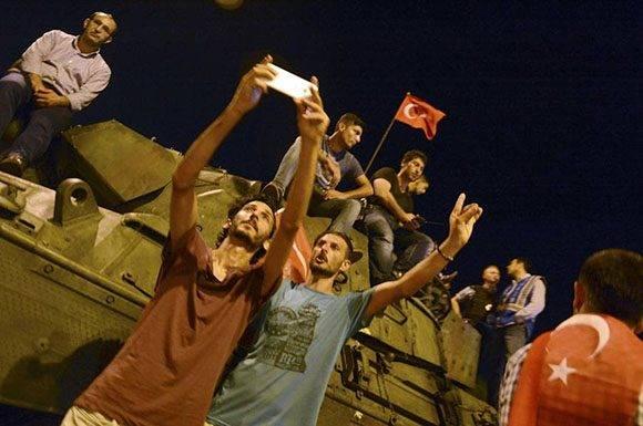 Partidarios de Erdogan celebran el fin del golpe.