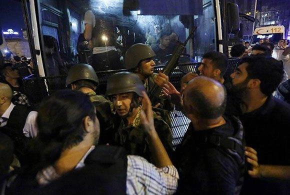 Policías turcos arrestan en Estambul a soldados tras el intento de golpe de Estado.