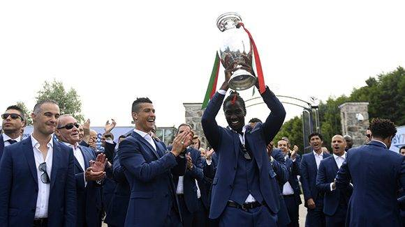 El campeón inesperado fue Portugal con la sorpresa añadida del tremendo gol marcado por Eder (levanta la copa en la imagen).