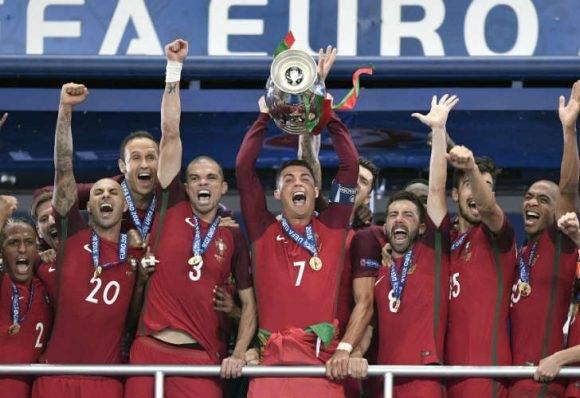 Cristiano Ronaldo levanta el trofeo de Europa. Foto tomada de 442.perfil.com