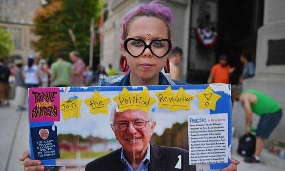 Los simpatizantes de Bernie Sanders votarán sin ilusión por Hillary Clinton, dice Moore. Foto: Jeff Mitchel/ AFP.