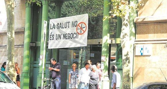 Puerta de entrada al Hospital Clínic i Provincial de Barcelona. Foto tomada de La Marea.