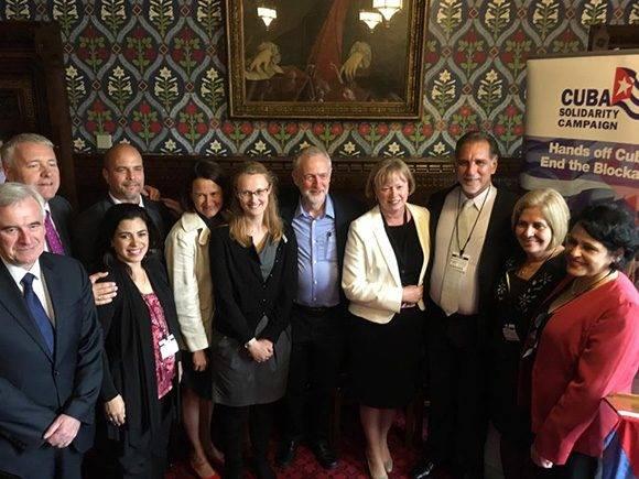 Gerardo Hernández y René González, junto a sus esposas Adriana Pérez y Olga Salanueva, fueron recibidos por un grupo de diputados británicos. Foto: Cuba Solidarity Campaing/ Facebook.