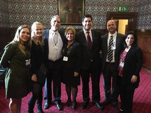 Parlamentarios del Partido Laborista recibieron a René y Gerardo y a sus esposas. Foto: Cuba Solidarity Campaing/ Facebook.