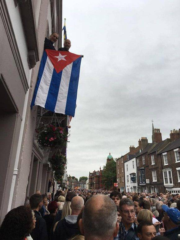 Los Héroes desplegaron la bandera cubana en la Gala de los Mineros de Durham. Foto: Cuba Solidarity Campaing/ Facebook.