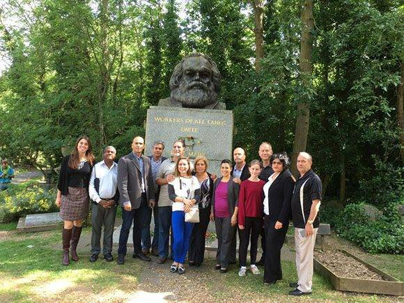 Los Héroes también visitaron la tumba del pensador alemán Karl Marx. Foto: Cuba Solidarity Campaing/ Facebook.