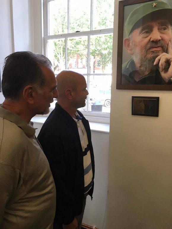 Ambos inauguraron un homenaje al Comandante en Jefe en la Biblioteca Karl Marx. Foto: Cuba Solidarity Campaing/ Facebook.