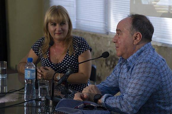 """Roberto Fabelo y Magda Resik en el espacio """"Encuentro con"""". Foto: Ladyrene Pérez/ Cubadebate."""