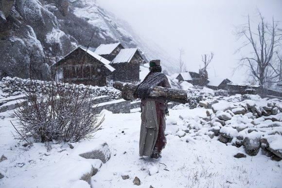 """Una anciana de la tribu Kinnaura en una aldea remota de Himachal Pradesh, llevando un gran tronco a su casa para darse calor"". – Mattia Passarini Mattia Passarini / National Geographic Travel Photographer of the Year Contest"