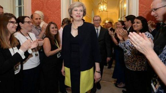 Theresa May en el número 10 de Downing Street, tradicional residencia de los primeros ministros británicos. Foto: AP.