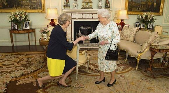 La Reina Isabel hace oficial el nombramiento de Theresa May como primera ministra del Reino Unido, la segunda después de Margaret Thacher. Foto: PA.