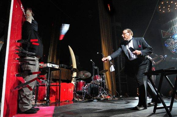 Throwdini lanza sus cuchillos. Foto tomada de bigthink.com