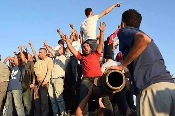 Turcos sobre un tanque que se encontraba situado en el puente Bósforo de Estambul. Foto: Reuters