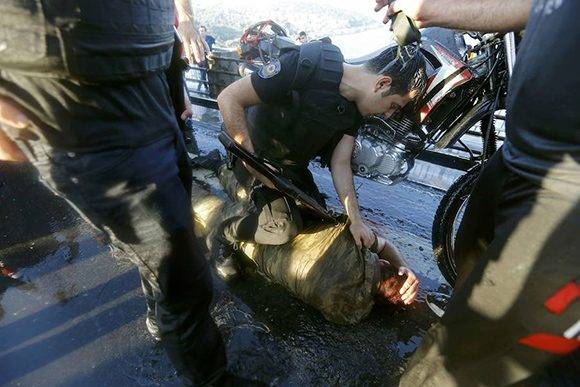 Un policía amenaza con un arma a un soldado en Estambul.