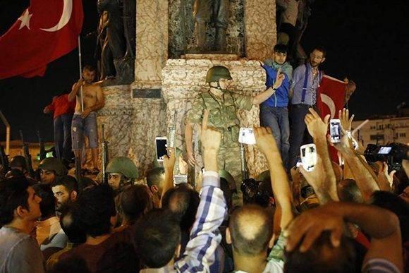 Un soldado, rodeado de civiles en la plaza Taksim de Estambul.