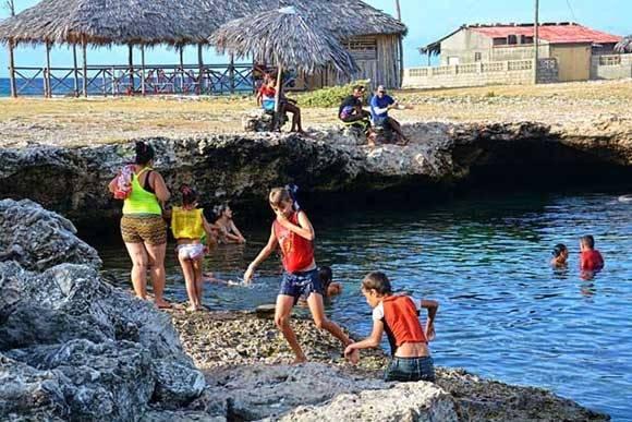 La Poza Fría, ubicada en la Playa Caletones, se caracteriza por mantener muy baja la temperatura de sus aguas durante todas las épocas del año, por lo que es muy popular entre los vacacionistas que acuden a este balneario, al norte de la provincia de Holguín, Cuba, el 11 de julio de 2016. ACN FOTO/Juan Pablo CARRERAS