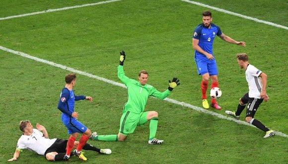 Antoine Griezmann marca el segundo gol de la selección de Francia. Foto: AFP.