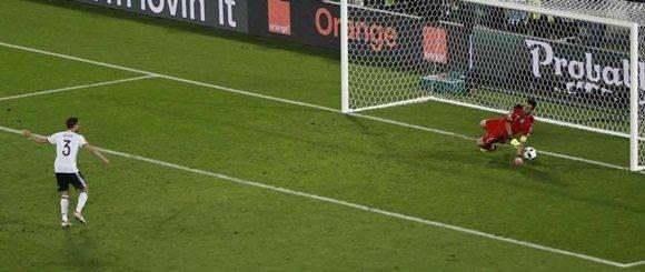El penalti decisivo marcado por Jonas Hector. Lo tuvo Buffon, pero le pasó la pelota bajo las manos. (Foto: AP, Michael Sohn)