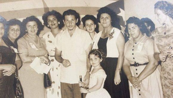 Elsa Gutiérrez junto a Raúl Castro y otras jóvenes integrantes de la FMC, durante la época. Foto: Cortesía de la entrevistada.