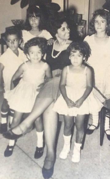 Elsa Gutiérrez junto a sus dos hijas llamadas Ana. Las otras niñas de la foto también llevan ese nombre. Foto: Cortesía de la entrevistada.