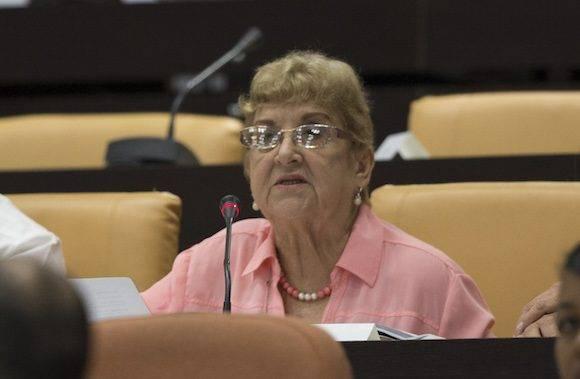 Por su parte, la legisladora Ofelia Ortega expresó la gratitud por la participación de la ciudadanía y resaltó la voluntad de implementar las políticas sin terapias de choque, con una ética del cuidado que enfatiza en la calidad de vida y el respeto a la dignidad de las personas. Foto: Ladyrene Pérez/ Cubadebate