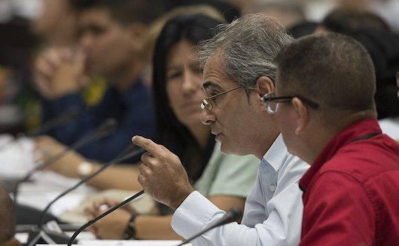 el diputado Alberto Núñez destacó el amplio debate popular que antecedió a la elaboración de ese material, y el elevado consenso social que tienen las transformaciones acometidas en el país. Foto: Ladyrene Pérez/ Cubadebate