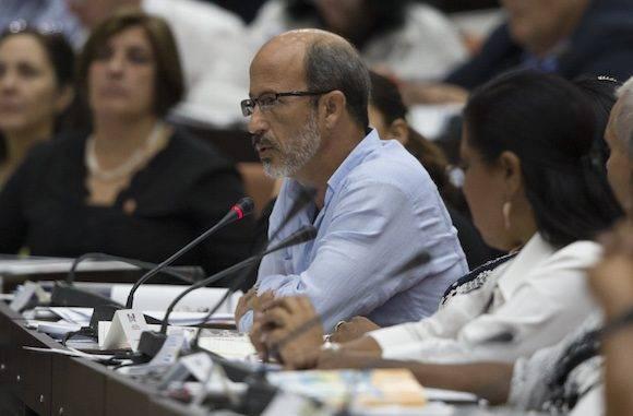 El diputado Rolando González Patricio habló sobre los alcances políticos del dictamen referido a los Lineamientos. Foto: Ladyrene Pérez/ Cubadebate