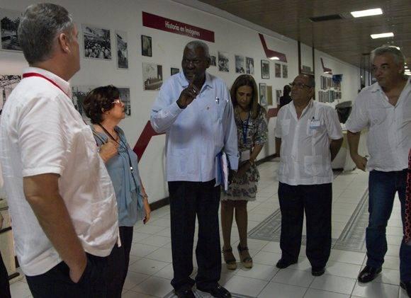 Hasta en los recesos continúa el debate. el presidente de la ANPP, Esteban Lazo, conversa con diputadis. Foto: Ladyrene Pérez/ Cubdebate.