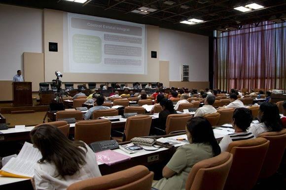 Los lineamientos de la política económica y social fueron analizdos en la mañana de este lunes en la Asamblea Nacional. Foto: Ladyrene Pérez/ Cubadebate.