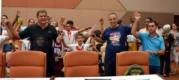Ramón Labañino y Antonio Guerrero, Héroes de la República de Cuba junto a Elián González, durante la clausura de la Asamblea Nacional Pioneril, en el Palacio de las Convenciones. Foto: ACN.