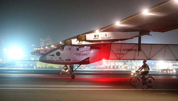 El Solar Impulse, tras aterrizar en Abu Dabi luego de un histórico viaje. Foto: EFE.