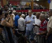 En ocasión del acto central por el aniversario 50 de esta epopeya se hizo entrega de un sello conmemorativo a integrantes de aquella delegación y de la tripulación del buque. Foto: Ladyrene Pérez/ Cubadebate.