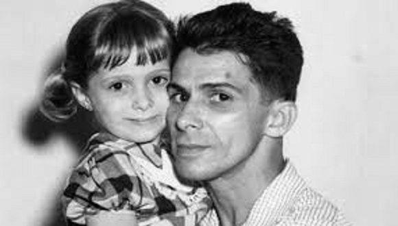 Fernando Chenard junto a su hija, pocos meses antes del Asalto al Moncada.